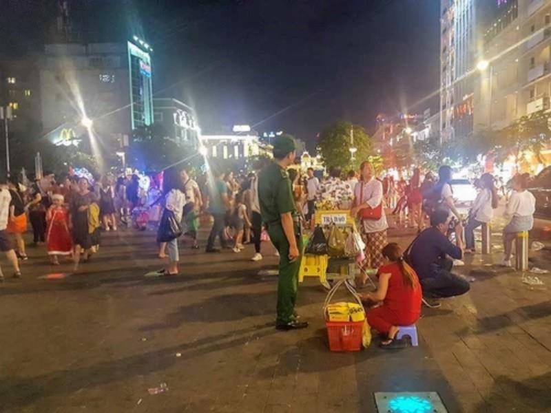 Ông Đoàn Ngọc Hải đề nghị tăng dọn rác phố Nguyễn Huệ - ảnh 1