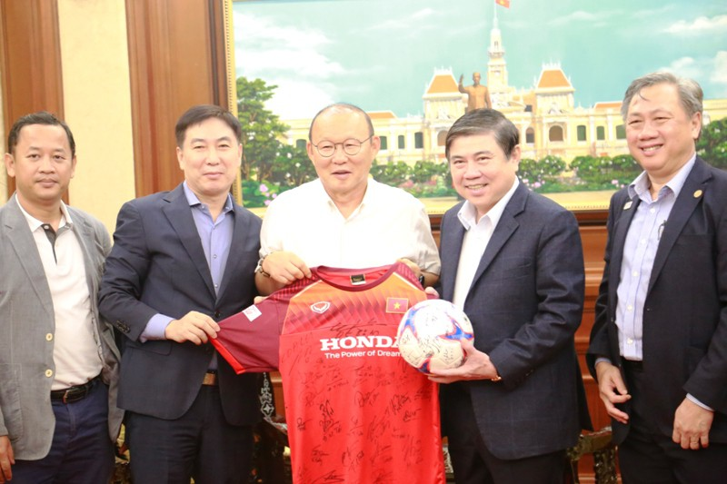 Gặp chủ tịch TP.HCM, ông Park nói 'cầu thủ VN thi đấu như hổ' - ảnh 2