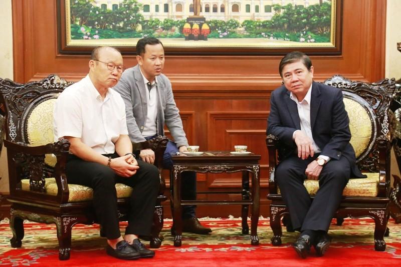 Gặp chủ tịch TP.HCM, ông Park nói 'cầu thủ VN thi đấu như hổ' - ảnh 1