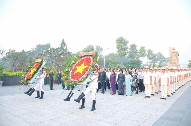 Lãnh đạo TP.HCM dâng hương Bác Hồ và các anh hùng liệt sĩ - ảnh 1