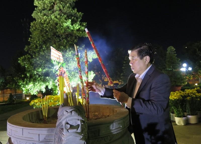 Chủ tịch UBND TP.HCM viếng các bậc tiền nhân đêm giao thừa - ảnh 1