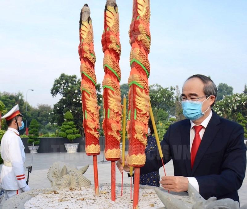 Lãnh đạo TP.HCM dâng hương tưởng niệm các anh hùng liệt sĩ - ảnh 1