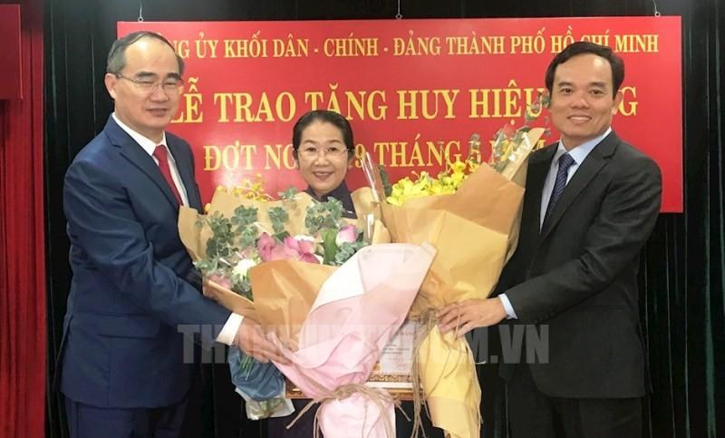 Phó Bí thư TP.HCM Võ Thị Dung nhận huy hiệu 40 năm tuổi Đảng - ảnh 1