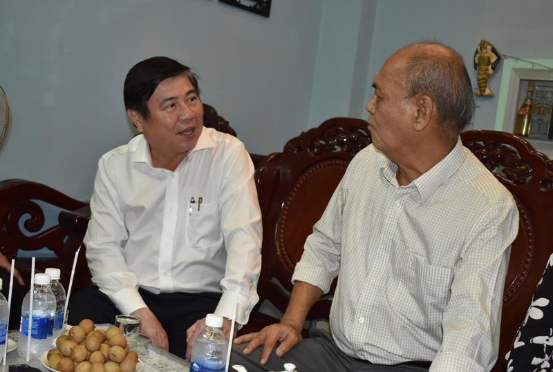 Chủ tịch Nguyễn Thành Phong thăm các gia đình chính sách - ảnh 1