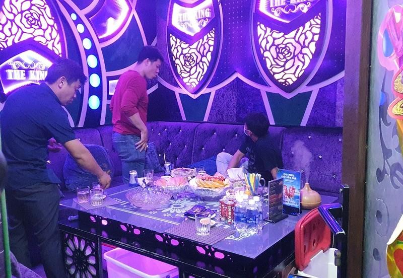 TP.HCM: Bắt tại trận nhà hàng cho hát karaoke dù có lệnh dừng - ảnh 4