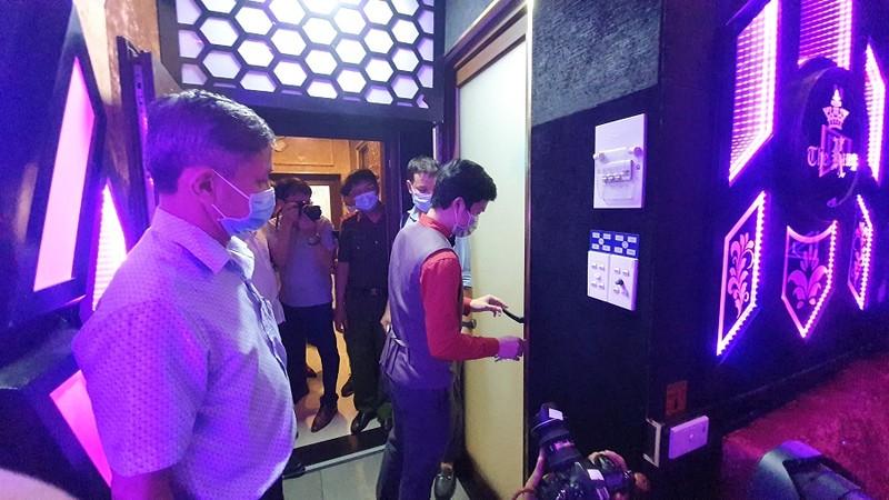 TP.HCM: Bắt tại trận nhà hàng cho hát karaoke dù có lệnh dừng - ảnh 1