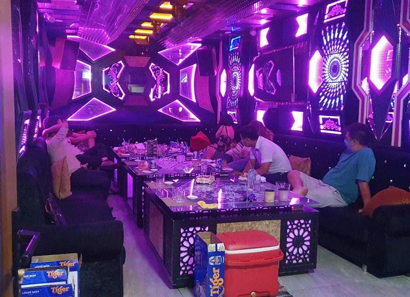 TP.HCM: Bắt tại trận nhà hàng cho hát karaoke dù có lệnh dừng - ảnh 2