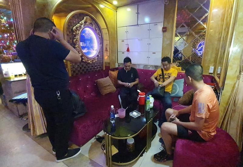 TP.HCM: Bắt tại trận nhà hàng cho hát karaoke dù có lệnh dừng - ảnh 3