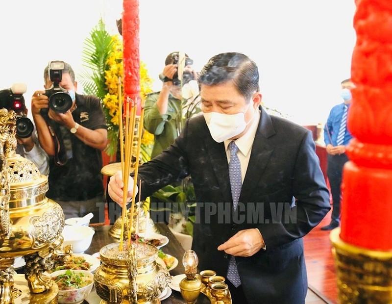 Lãnh đạo TP.HCM dâng hương tưởng niệm Chủ tịch Hồ Chí Minh - ảnh 2