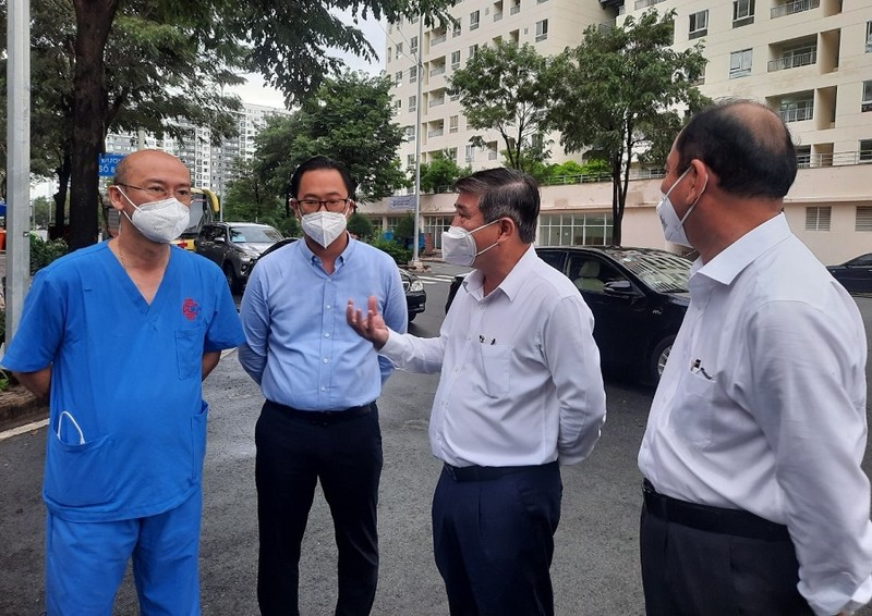 Chủ tịch UBND TP.HCM thăm bác sĩ, bệnh nhân ở Bệnh viện Dã chiến số 6 - ảnh 2
