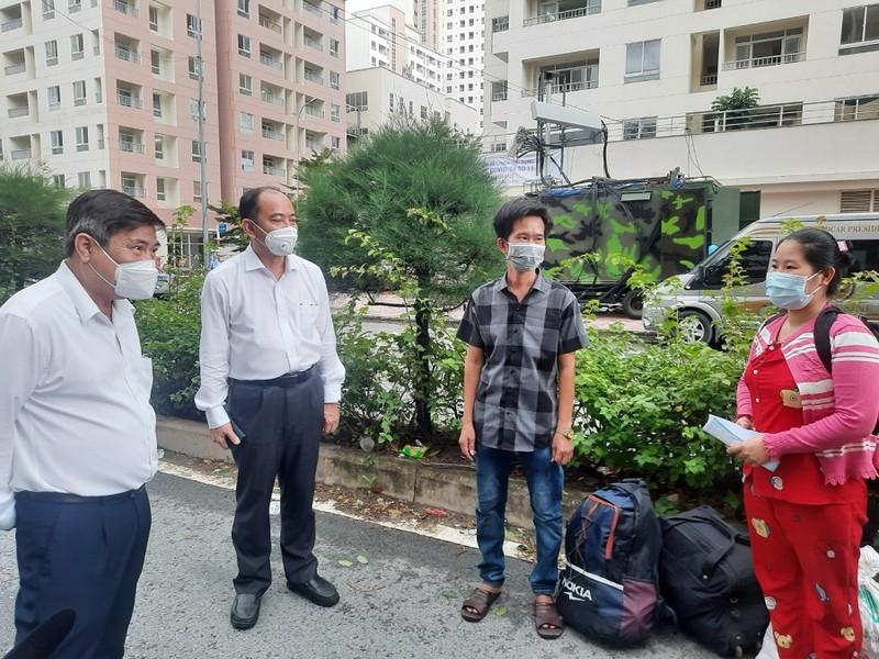 Chủ tịch UBND TP.HCM thăm bác sĩ, bệnh nhân ở Bệnh viện Dã chiến số 6 - ảnh 1