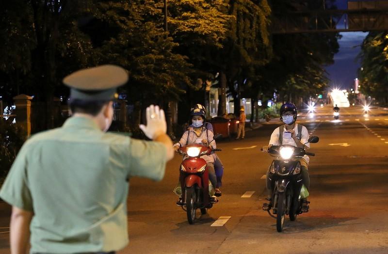 TP. HCM: Phạt cán bộ, công chức không đeo thẻ đi/về từ nhà đến cơ quan  - ảnh 1