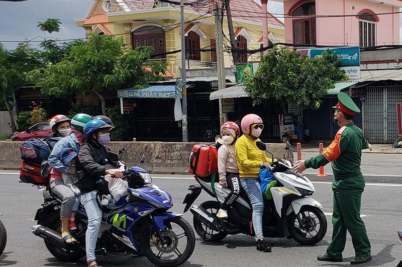 Đề xuất không để người dân ở TP.HCM và 3 tỉnh lân cận tự phát về quê sau 30-9 - ảnh 1