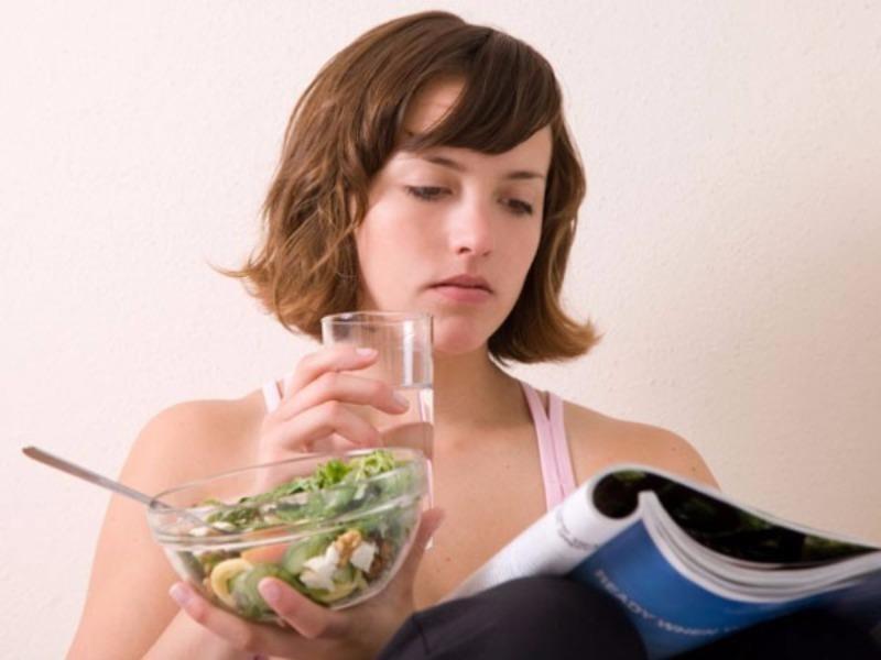 Vừa ăn cơm vừa uống nước, có nên tiếp tục? - ảnh 1