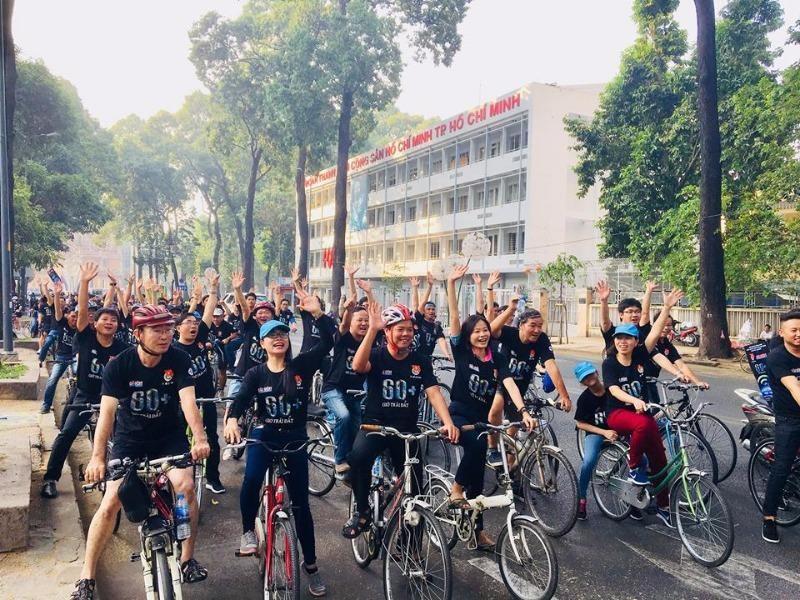 TP.HCM: Hàng trăm người đạp xe hưởng ứng Giờ Trái đất - ảnh 1