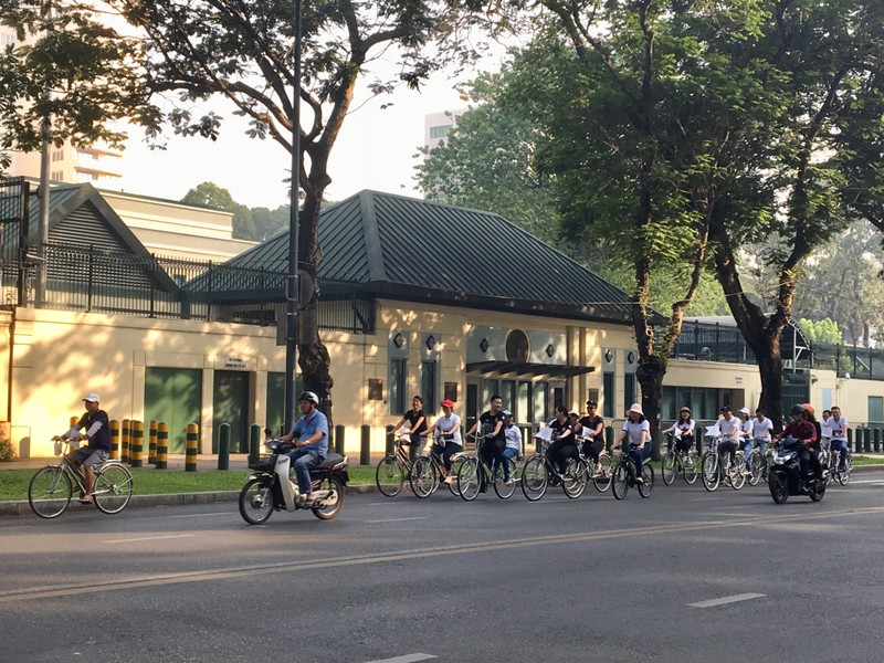 TP.HCM: Hàng trăm người đạp xe hưởng ứng Giờ Trái đất - ảnh 2