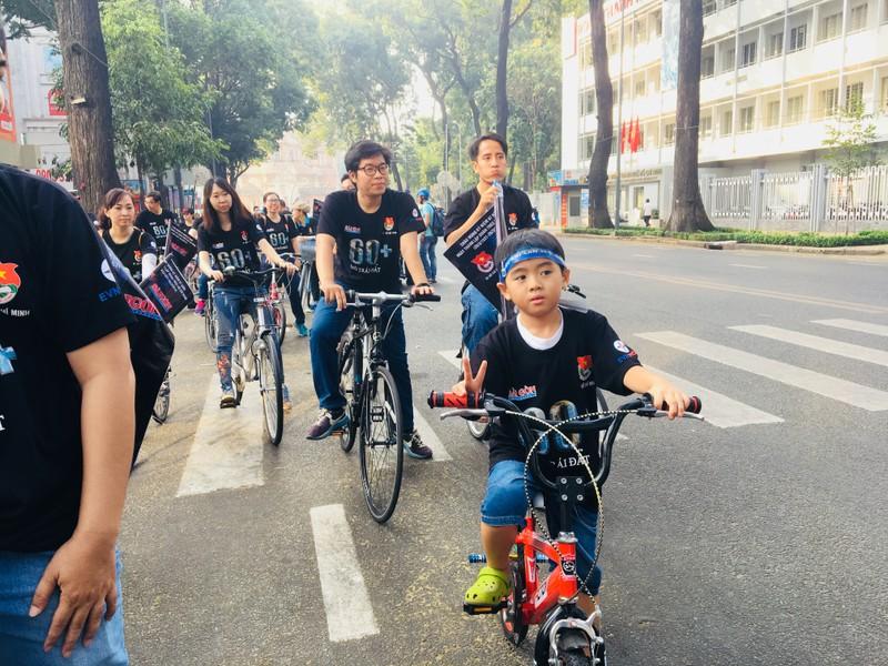 TP.HCM: Hàng trăm người đạp xe hưởng ứng Giờ Trái đất - ảnh 4