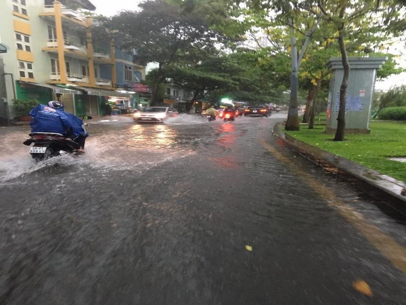 TP HCM: Đường ngập nước mưa do cống đầy...rác - ảnh 1