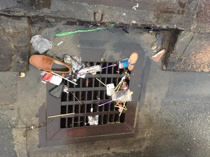 TP HCM: Đường ngập nước mưa do cống đầy...rác - ảnh 7