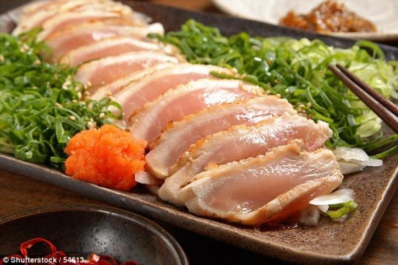 Ăn sushi thịt gà sống người đàn ông suýt bị mù vì giun đũa - ảnh 1