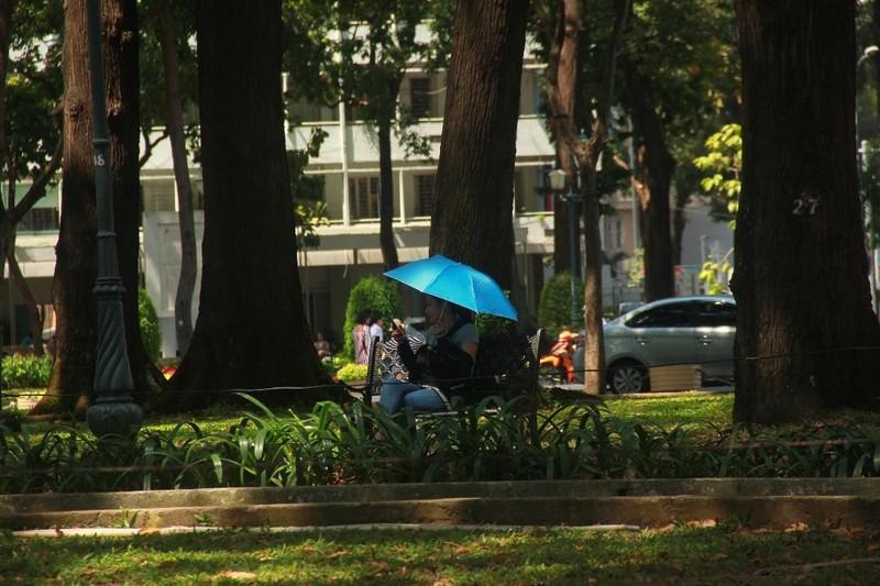 Người dân TP.HCM thành... ninja dưới trời nắng nóng - ảnh 6