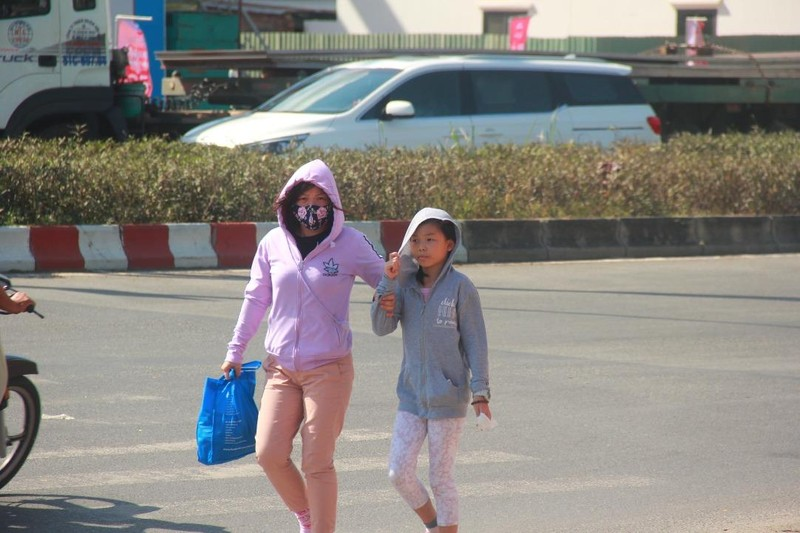 Người dân TP.HCM thành... ninja dưới trời nắng nóng - ảnh 4