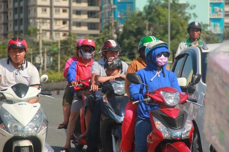 Người dân TP.HCM thành... ninja dưới trời nắng nóng - ảnh 3