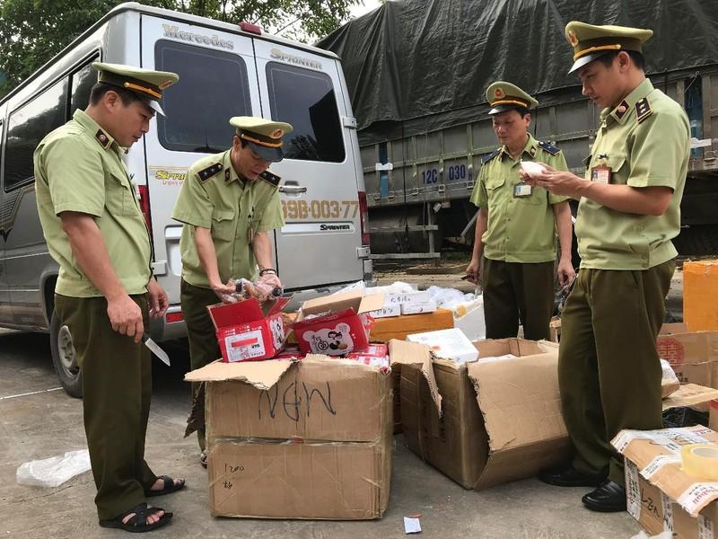 Hàng ngàn bánh ngọt nhân trứng Trung Quốc bị tịch thu - ảnh 1