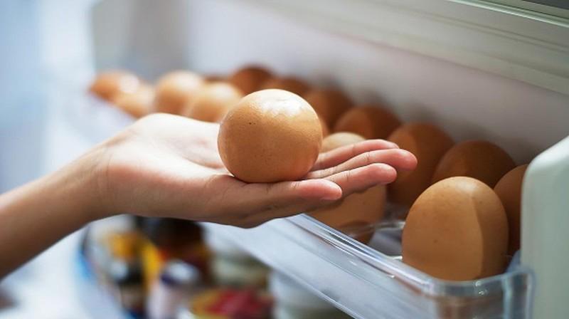 Tại sao không nên để trứng ở cánh cửa tủ lạnh - ảnh 1