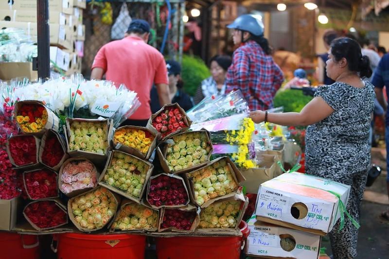 Tấp nập chợ hoa sỉ ngày 8-3 - ảnh 2