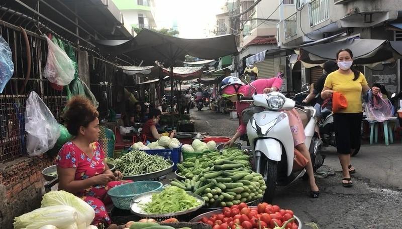 Nhiều người không đeo khẩu trang khi đi chợ - ảnh 3