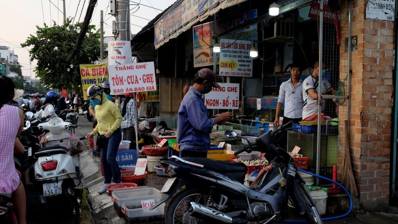 Nhiều người không đeo khẩu trang khi đi chợ - ảnh 1
