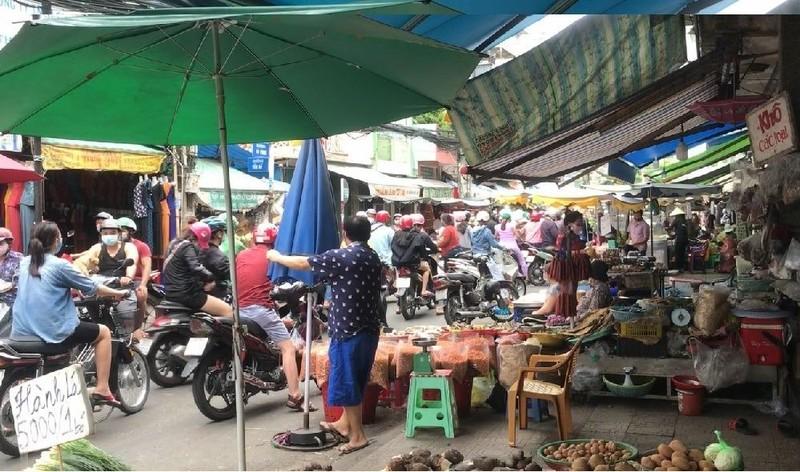 Nhiều người không đeo khẩu trang khi đi chợ - ảnh 2