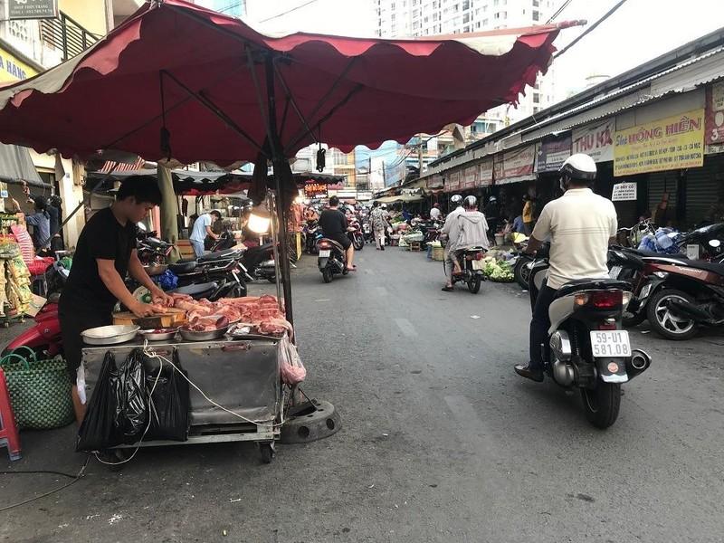 Nhiều người không đeo khẩu trang khi đi chợ - ảnh 9