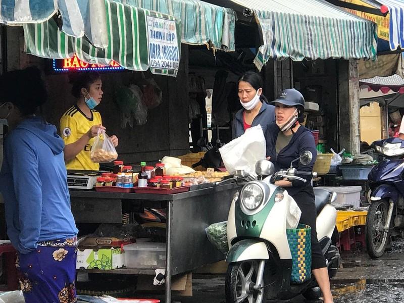 Nhiều người không đeo khẩu trang khi đi chợ - ảnh 8