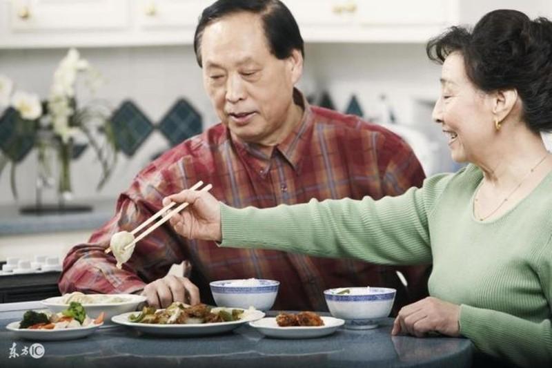 Người già cần lưu ý điều gì trong mùa dịch COVID-19? - ảnh 1