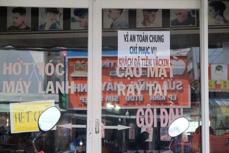 Tiệm cắt tóc mở lại khá đông khách nhưng giá không tăng - ảnh 1
