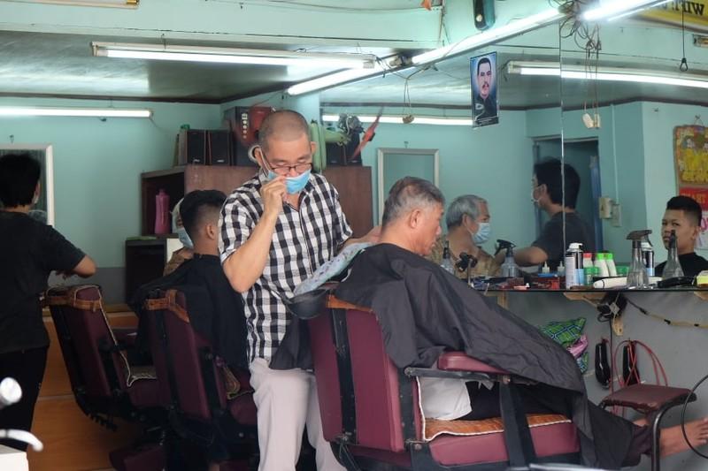 Tiệm cắt tóc mở lại khá đông khách nhưng giá không tăng - ảnh 6