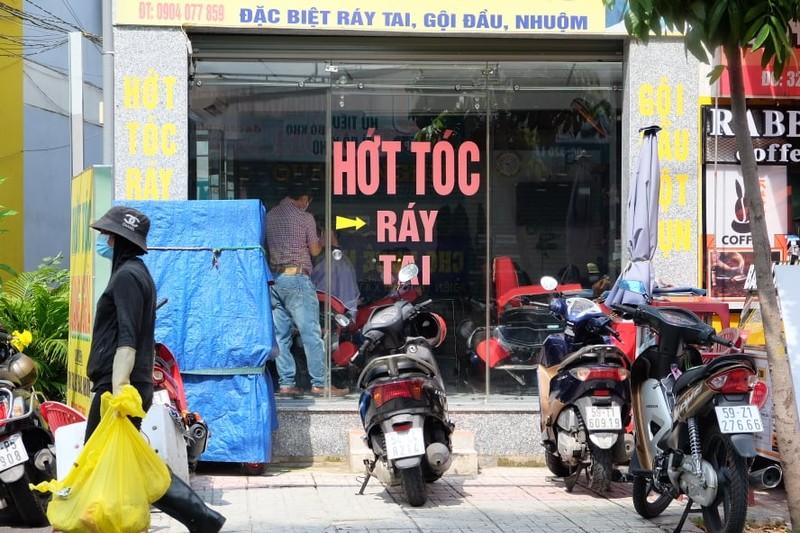 Tiệm cắt tóc mở lại khá đông khách nhưng giá không tăng - ảnh 5