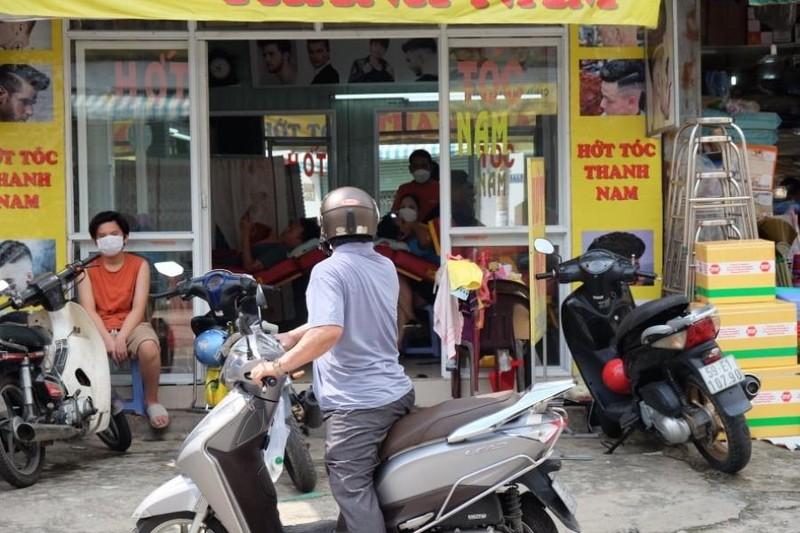 Tiệm cắt tóc mở lại khá đông khách nhưng giá không tăng - ảnh 3