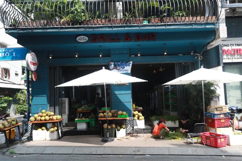 Quán bar ở phố nổi tiếng TP.HCM nhộn nhịp nhờ bán thịt, cá, rau - ảnh 1