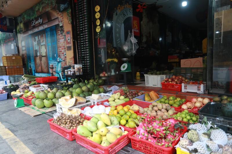 Quán bar ở phố nổi tiếng TP.HCM nhộn nhịp nhờ bán thịt, cá, rau - ảnh 4