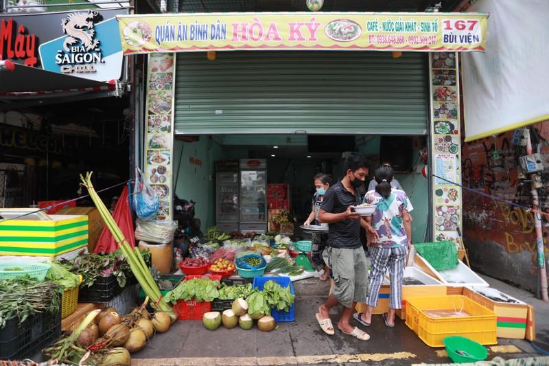 Quán bar ở phố nổi tiếng TP.HCM nhộn nhịp nhờ bán thịt, cá, rau - ảnh 3