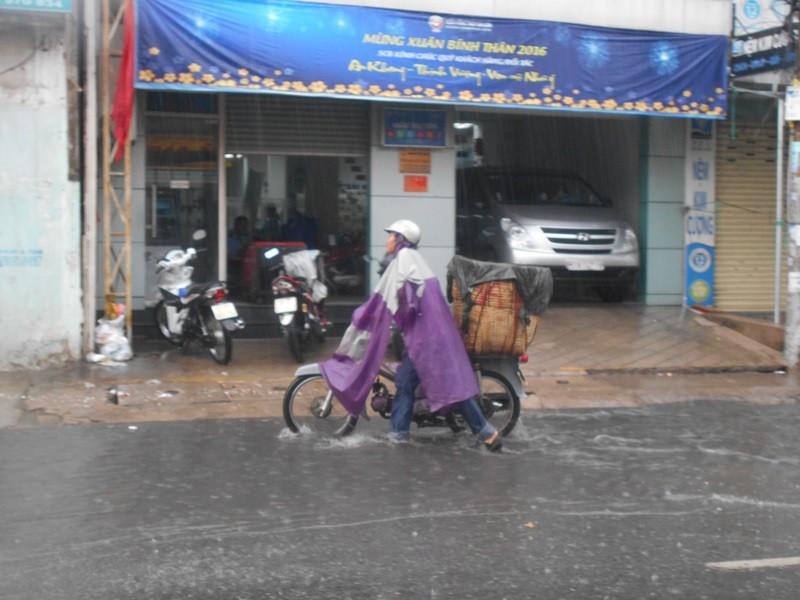 Người Sài Gòn nhẹ nhõm đón cơn mưa quý hơn vàng - ảnh 10