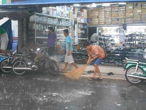 Người Sài Gòn nhẹ nhõm đón cơn mưa quý hơn vàng - ảnh 5