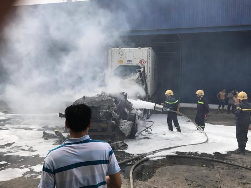 Xe container chở thanh long bốc cháy, thiệt hại tiền tỉ - ảnh 1