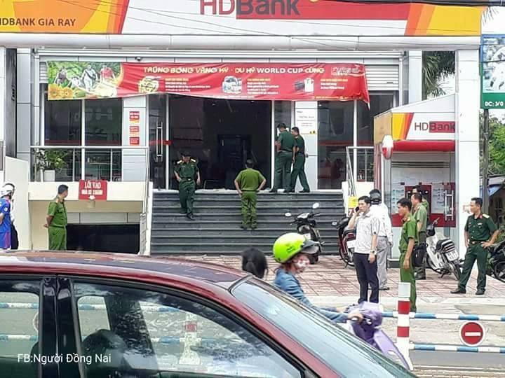 Nóng: Dùng vật nghi lựu đạn cướp ngân hàng ở Đồng Nai - ảnh 4