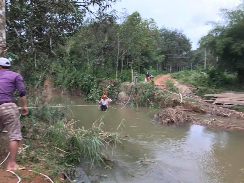 Lũ quét cuốn sập cầu, học sinh qua sông bằng lồng sắt - ảnh 1