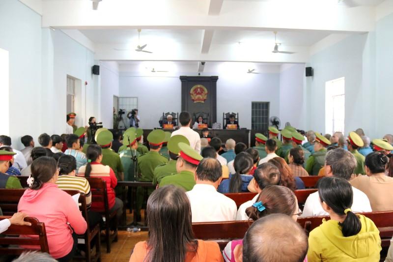 Phạt tù 30 bị cáo gây rối, đốt trụ sở UBND tỉnh Bình Thuận - ảnh 4