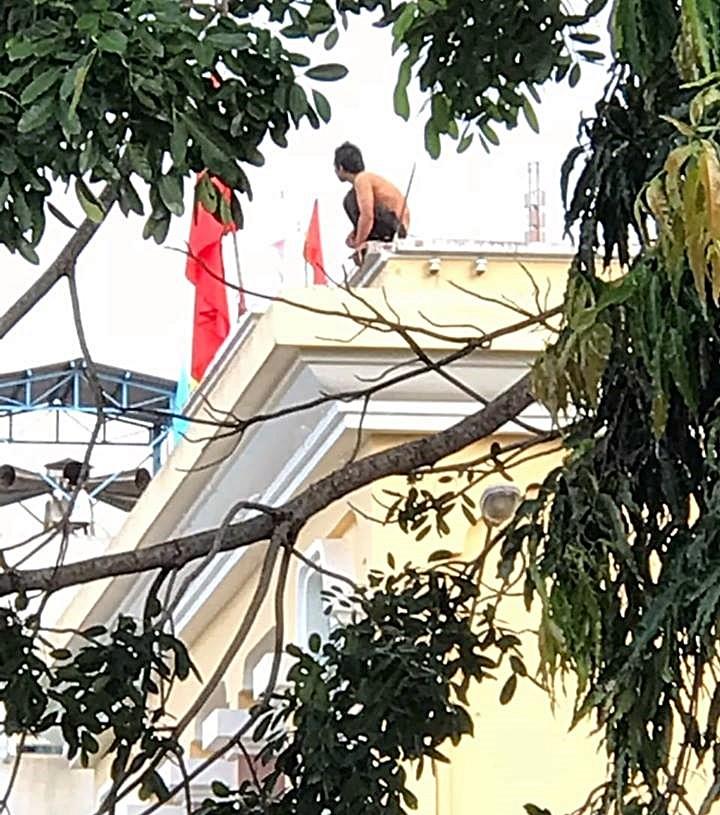 Thanh niên nghi ngáo đá leo lên nóc nhà kho bạc ngồi ngẩn ngơ - ảnh 2